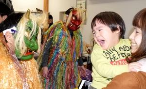 「悪い子はいねーか」と迫る鬼に泣きじゃくる子ども=2月3日、福井県福井市北四ツ居2丁目