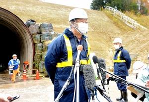 加賀トンネル視察後、報道陣の取材に応じる森地茂座長=12月5日、石川県加賀市