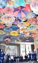 天井カラフル 傘の花 敦賀オルパーク 装飾始ま…