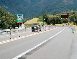 舞鶴若狭自動車道の中央帯に試行設置されたワイヤロープ=8日、福井県美浜町興道寺(中日本高速道路提供)