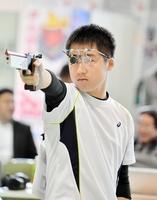 ビームピストル少年男子60発で準優勝した武生東高の山口航輝=福井市の足羽高体育館
