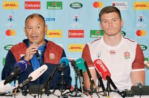 オーストラリアとの準々決勝を前に、記者会見するイングランドのジョーンズ監督。右はファレル=17日、大分県別府市