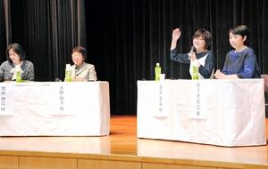 理系の学問の魅力などを語るお茶の水女子大の卒業生=28日、福井県敦賀市福祉総合センター