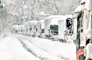 大雪で立ち往生する国道8号の車列=2018年2月7日午前7時35分ごろ、福井県あわら市牛ノ谷