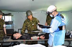 有珠山の噴火を想定し救護訓練を行う自衛隊員=11日、北海道伊達市