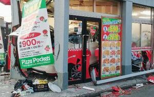 乗用車が突っ込んだピザ店=19日午後6時45分、熊本市中央区