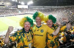 胸元にカンタス航空のロゴが入ったジャージーを着て、ラグビーのオーストラリア代表を応援するファンら=2019年9月21日、札幌ドーム(共同)