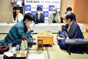 第61期王位戦7番勝負の第3局で木村一基王位(右)に勝利し、奪取にあと1勝とした藤井聡太棋聖=5日午後、神戸市(日本将棋連盟提供)