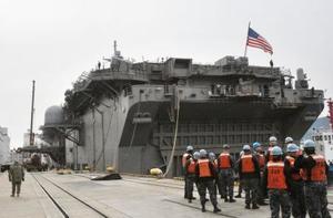 米海軍佐世保基地に接岸した強襲揚陸艦ワスプ=14日午前、長崎県佐世保市