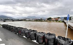 笙の川の氾濫を防ぐため、来迎寺橋のたもとに設置された土のう=8日午前、福井県敦賀市松島町2丁目