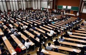 大学入試センター試験に臨む受験生=19日午前、東京・本郷の東京大学