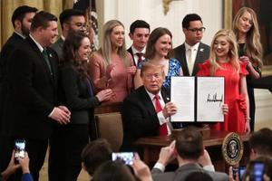21日、米ホワイトハウスで大学の言論に関する大統領令に署名したトランプ大統領(ゲッティ=共同)