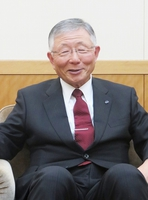 今年の北陸経済などについて話す久和北経連会長=富山市の北陸電力本店