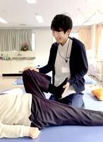 自身の経験を生かし、患者の運動機能の回復をサポートする唐川和宏さん=東京都大田区の町田整形外科