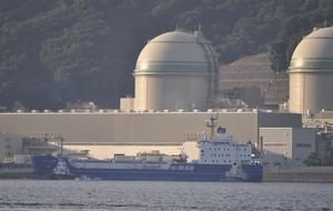 MOX燃料を載せ、高浜原発に到着した輸送船=21日午前7時ごろ、福井県高浜町音海から撮影