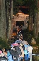 「唐門」をくぐり抜けるため集まった人々の列=1日午前0時50分ごろ、福井県永平寺町の曹洞宗大本山永平寺