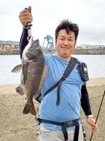 長谷川さん(福井市)がパイプラインで釣った48センチのチヌ