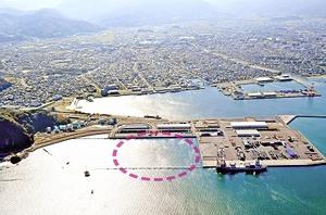 国際物流ターミナルを拡張するための岸壁整備が国土交通省の直轄事業として採択されることが分かった敦賀港鞠山南地区。点線は用地拡張部分=2016年11月、福井新聞社ヘリから撮影