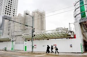再開発ビルが建設される「ハニー食市場北の庄」跡地一帯=2月1日、福井県福井市中央1丁目