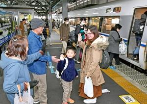 帰省客のUターンラッシュが始まり、ホームで見送りを受ける親子=1月3日午前11時35分ごろ、福井県福井市のJR福井駅
