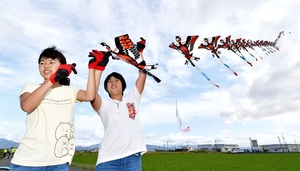 秋空に舞い上がる連凧=10月6日、福井県福井市山室町