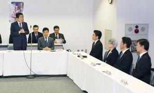 拉致被害者家族と面会し、あいさつする安倍首相(左端)=19日午後、東京都千代田区(代表撮影)