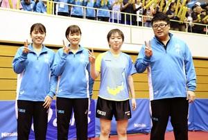 卓球成年女子で優勝した福井のメンバー=10月3日、福井県の敦賀市総合運動公園体育館