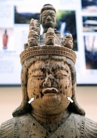 頬の両側にえくぼ(矢印)が入った八坂神社蔵「十一面女神坐像」=福井県越前町の織田文化歴史館