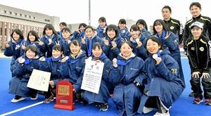 全国高校選抜ホッケーで準優勝した女子丹生の選手たち=27日、大阪府の立命館ホリーズスタジアム