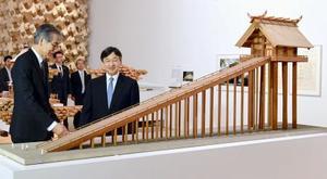 特別展「建築の日本展」で古代の出雲大社本殿の模型を見られる皇太子さま=17日午後、東京都港区の森美術館(代表撮影)