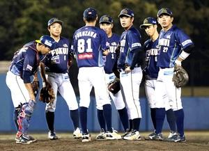 石川―福井 4回、先発の望月嶺(右から3人目)が石川打線につかまり、マウンドに集まる福井ナイン=金沢市民野球場