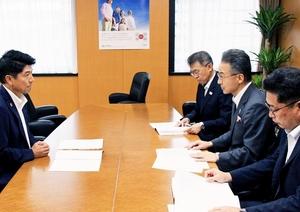 地方における人材確保や育成対策を提言する福井県の杉本達治知事(右から2人目)=9月3日、内閣府
