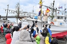 船上から豪快餅まき、豊漁を祈願