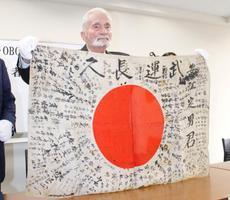 サイパン島から持ち帰った日章旗を、遺族に直接手渡すために来日した元米海兵隊員のマービン・ストロンボさん=13日午後、東京都千代田区