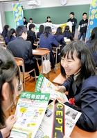 福井県知事選、福井県議選に向け、CEPTのメンバー(奥)が卒業式を終えた高校3年生に投票を呼び掛けた=3月1日、福井市の羽水高校