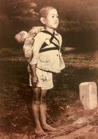 ローマ法王フランシスコが、平和の大切さを訴えるために配布した「焼き場に立つ少年」の写真(バチカン提供・共同)