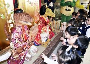 華やかな衣装に身を包んだ恐竜ひな人形=23日、福井県勝山市の県立恐竜博物館