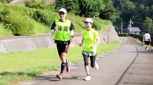 輪状のロープで伴走者にガイドしてもらいながら走り込む西島美保子(右)=福井市月見5丁目