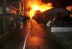 7棟が焼ける火災が発生した住宅地付近=12日夜、相模原市中央区(近隣住民提供)