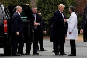 12日、米首都ワシントン近郊の病院で健康診断を受けた後、医師と握手するトランプ大統領(右から2人目)(ロイター=共同)