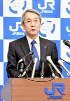 北陸新幹線敦賀以西ルートについて、定例記者会見で「小浜・京都ルートの年内決定を期待している」と述べるJR西日本の来島達夫社長=16日、大阪市の本社