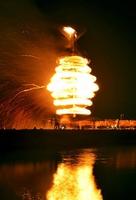 炎の渦を巻いた巨大たいまつ「スーパー大火勢」=6日夜、福井県おおい町成海