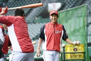 試合前、選手の打撃練習を手伝う広島・東出輝裕コーチ=甲子園