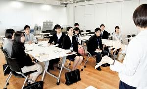 さまざまな服装で就活生が参加したオールコネクトの会社説明会=3月26日、福井県福井市栂野町の同社