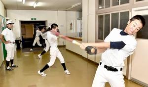 気合を入れて素振りする丸岡高校の野球部員=9月4日、福井県坂井市の同校