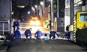 児童が切りつけられた現場付近を調べる捜査員=8日午後6時ごろ、福井市日光2丁目