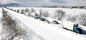 大雪の影響で立ち往生した2021年1月10日の北陸自動車道下り線=福井県福井市寮町から撮影