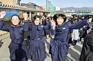 自分の受験番号を確認し、合格を喜ぶ受験生=13日、福井市の高志高校
