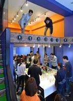 「これからビルディング」のキックオフイベントで歓談したり探索する参加者=5日、福井市のガレリア元町商店街