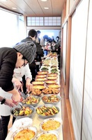 協賛企業から集めた食材で作った料理が並ぶ会場=福井県鯖江市水落町2丁目のアイアイ鯖江・健康福祉センター